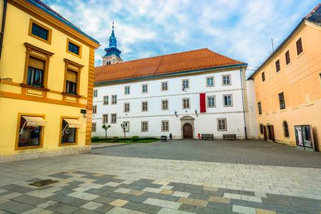 Scenic view at old colorful baroque picturesque square in Varazdin, Croatia Europe. 版權商用圖片 - 107784907
