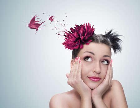 so�ando: surrealista Retrato de una joven y bella mujer con flor roja en su pelo so�ar