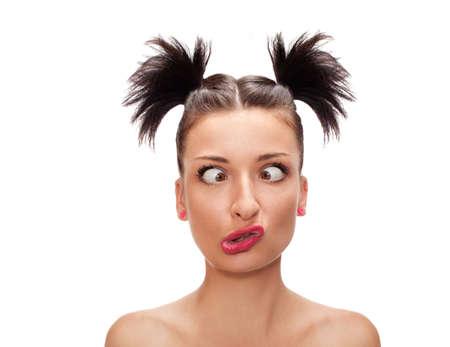 loco: mujer bizquear los ojos con una expresi�n extra�a aislados en blanco