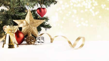 weihnachten tanne: Weihnachten Hintergrund mit verschiedenen Ornamenten und bokeh