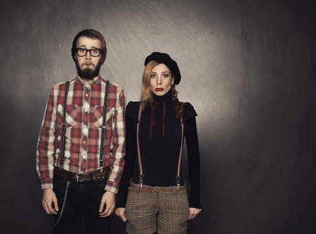 mujer decepcionada: nerds j�venes gritando en el fondo del grunge con el espacio de la copia a la derecha