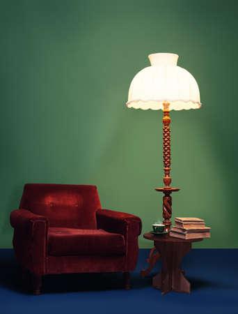 lampekap: retro interieur thuis decoratie met levendige kleuren en antieke meubels Stockfoto