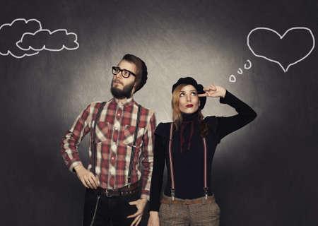 mujeres pensando: j�venes nerds coqueteo t�mido en fondo del grunge