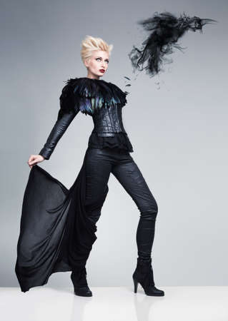 modelos posando: modelo furutistic como un pájaro y un cuervo hecha de humo negro en un blanco platfrom