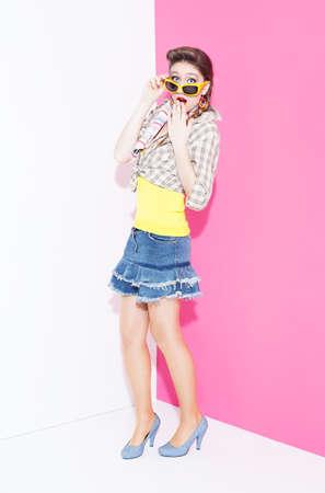 ratty: 80s giovani bella modella stile sorpreso su sfondo bianco e rosa