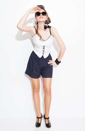 lejos: pin up modelo de moda estilo mirando a lo lejos en el fondo blanco