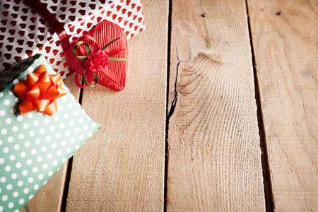 lazo regalo: regalos y un corazón envuelto en el fondo de madera