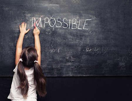 용감: 칠판에 불가능 위로 크로스를 넣어 귀여운 소녀