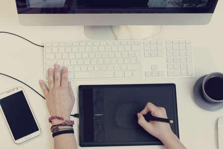 artistas: vista superior de un espacio de trabajo de un dise�ador gr�fico utilizando una tableta gr�fica Foto de archivo