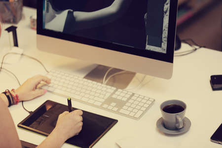jornada de trabajo: un dise�ador gr�fico est� trabajando y usando una tableta gr�fica