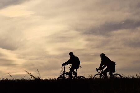 자전거는 은행에서 달린다. 스톡 콘텐츠 - 90628102
