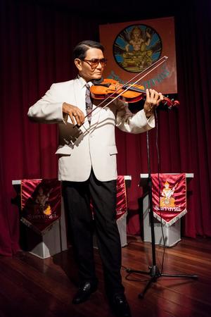 tercet: Nakhonpathom, THAILAND - MAY 27,2016 : Wax Figures Khru Ee-ah Sunthornsanan (SUNTHARAPORN) Music teacher best Thailand, at Thai Human Imagery Museum in Nakhonpathom Province, Thailand. Editorial