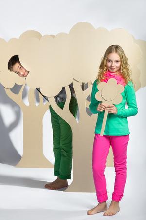 femme romantique: Amour concept. Couple d'enfants. gar�on donne une fille carton fleurs.