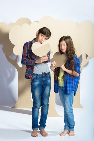 ragazza innamorata: Boy and girl holding a cardboard heart. Love concept. Archivio Fotografico