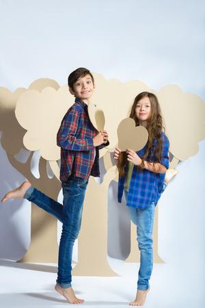 Boy and girl holding a cardboard heart. Love concept. Zdjęcie Seryjne