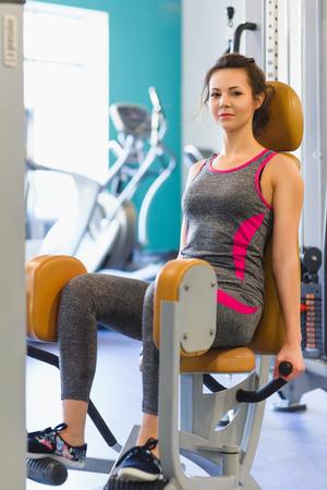 gente saludable: joven deportiva haciendo ejercicio en el gimnasio.