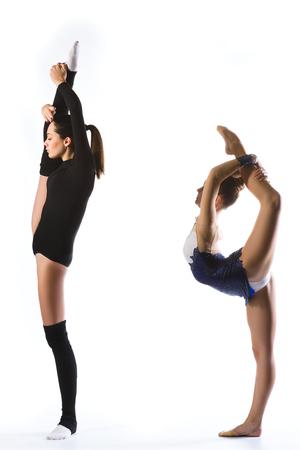 gimnasia: fitness, deporte, la gente y el concepto de salud - chicas j�venes lindas en traje de gimnasta mostrar habilidad atl�tica sobre fondo blanco.