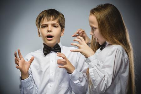 niños malos: chica enojada gritando a muchacho descontento asustado. las emociones humanas negativas, la expresión facial. De cerca. Concepto de comunicación.