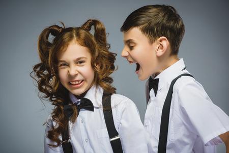 niños malos: muchacho enojado gritando a chica insatisfechos asustado. las emociones humanas negativas, la expresión facial. De cerca. Concepto de comunicación.