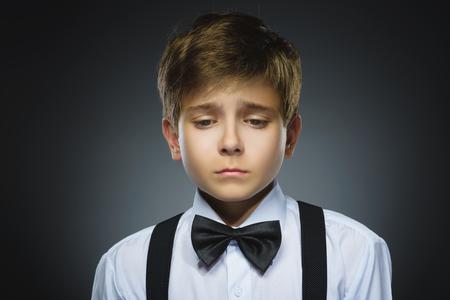 delito: Retrato de niño llorando delito aislado sobre fondo gris. las emociones humanas negativas, la expresión facial. De cerca.