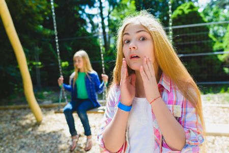 delito: Retrato de niño en el parque de delito. En el fondo de otra chica de montar un columpio. Foto de archivo