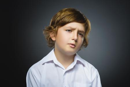 psicologia infantil: niño triste del primer con la expresión de la cara subrayado preocupado. Foto de archivo