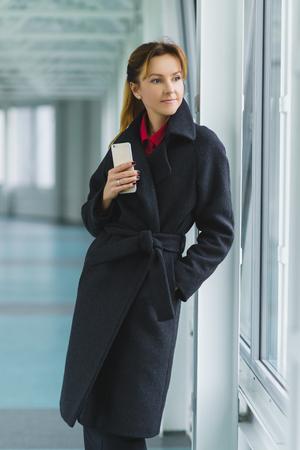 Manteau Habillé Femme élégante Et élégante Dans Le Hall