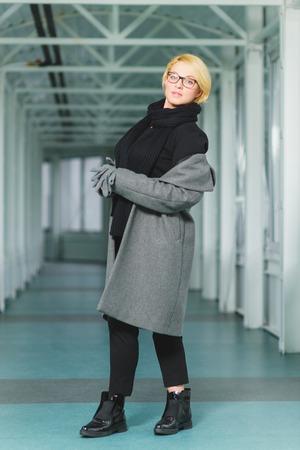 Femme Habillée Porte Manteau Dans Le Hall Banque D'Images Et