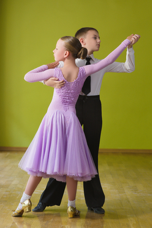 baile del muchacho y chica bailando baile Foto de archivo