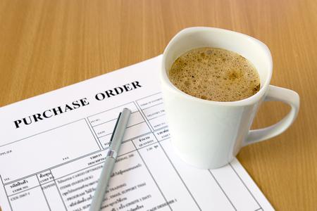 purchase order: taza de café en forma de orden de compra Foto de archivo