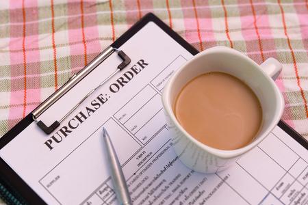orden de compra: Taza de café en forma de orden de compra Foto de archivo