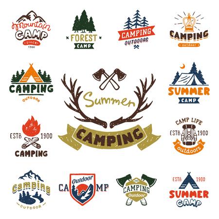 Ensemble de badges de camp de bois vintage et logo de voyage emblèmes dessinés à la main nature montagne camp en plein air illustration vectorielle Logo