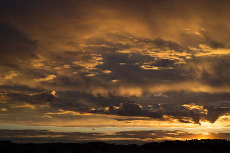 Landschaft mit Sonnenuntergang Himmel nach dem Sturm