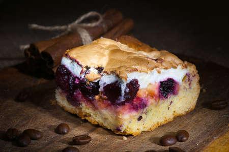Selbst gemachter Kuchen mit Eischnee und Kirschmarmelade Licht Pinsel