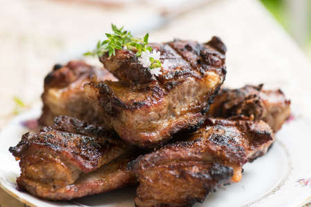 Gegrillte Schweinerippchen mit Thymian und würzigen Honig-Sauce Nahaufnahme