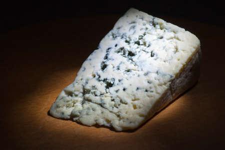 Slice of Blauschimmelkäse auf hölzernen Schneidebrett Licht Pinsel
