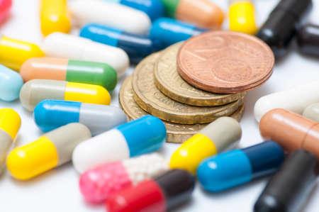 Euro-Münzen unter den verschiedenen Drogen (Kapseln und Pillen)
