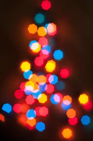 Weihnachtsbaum von unscharfen farbigen Lichter aus