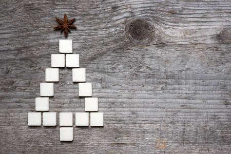 Weihnachtsbaum Grußkarte von Würfelzucker auf Holzuntergrund gemacht