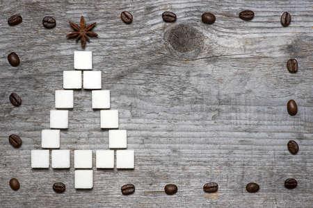 Weihnachtsbaum Grußkarte von Klumpen Zucker und Gewürze auf hölzernen Hintergrund