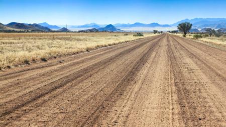 Desigual camino hacia el éxito ya través del desierto africano. Foto de archivo