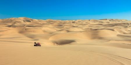 Quad in Sandwüste fahren ATV in der Mitte von Nirgendwo.