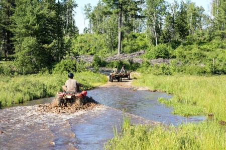Tres, hombres, conducción, quad, quad, por, sucio, agua, bosque