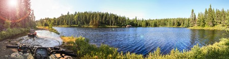 Las personas que conducen quad ATV a través del agua. Lago en Ontario, Canadá.