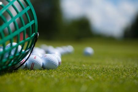 Golfball Korb Gras Ausrüstung Freizeitbeschäftigung Standard-Bild - 36247084