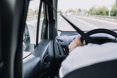 行駛在高速公路上