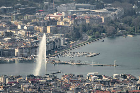 Aerial view of Geneva (Switzerland) with its famous water spring, city center, docks and ngos taken with an extreme telephoto lens (600mm) 新聞圖片
