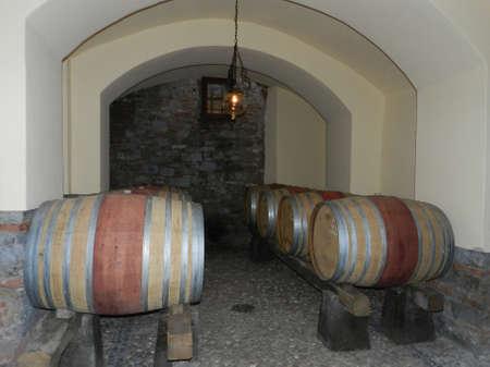 Tonneaux de vin dans la cave Banque d'images - 81432440