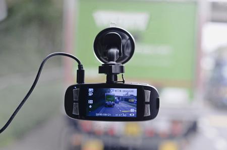 grabadora: cámara de vídeo del coche fijado en el parabrisas. Grabación de estilos de conducción de otros conductores. Buena prueba en caso de colisión Foto de archivo