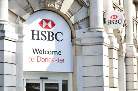 banco mundial: HSBC Holdings plc es una empresa multinacional de servicios financieros y de la banca británica con sede en Londres, Reino Unido. Es el tercer mayor banco del mundo por activos. foto tomada 14032016, en la rama de Doncaster, foto de redacción Editorial